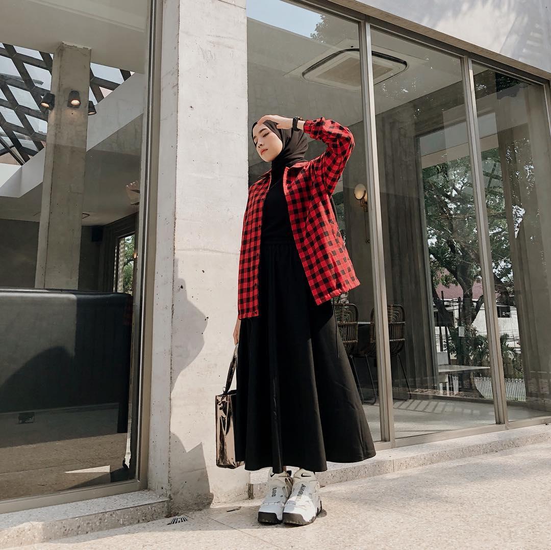 7 Inspirasi OOTD Hijab Simpel untuk Pergi ke Kampus | GO ...